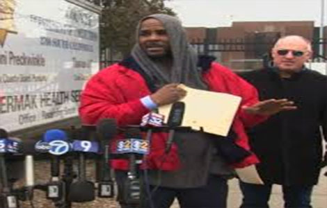 Singer R Kelly walks out of the Chicago jail after paying $161,000 as child support